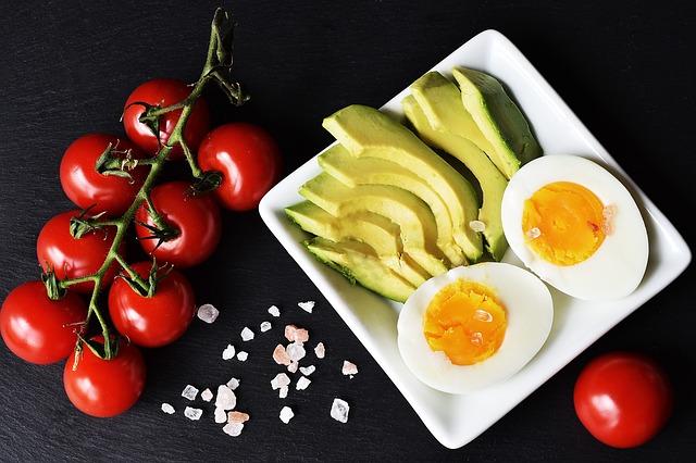 rajčata, avokádo a vejce