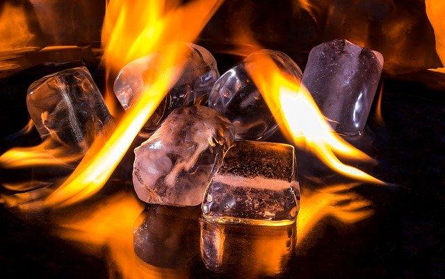 Kocky ľadu položené v horiacich plameňoch..jpg