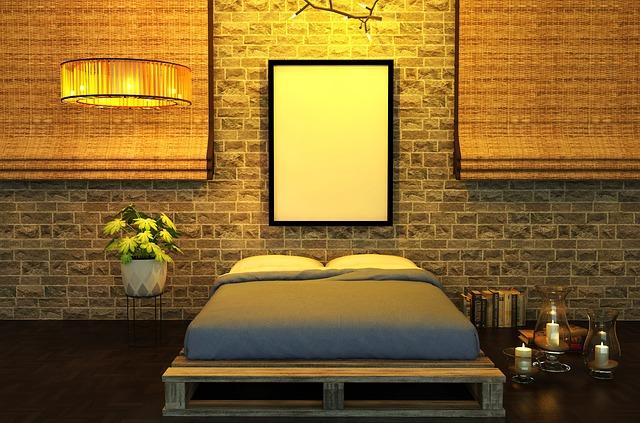 Romanticky zariadená spálňa s posteľou z paliet a veľkým modrým matracom.jpg