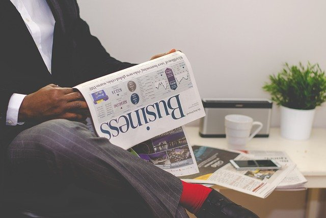 muž číta noviny.jpg