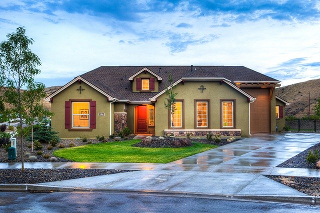 Rozsvietený rodinný dom.jpg