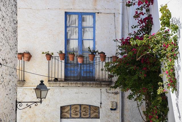 Malý balkón s hlinenými kvetináčmi na rodinnom dome.jpg